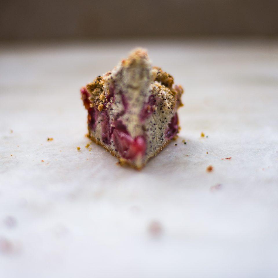 Pastel de cerezas y semillas de amapola